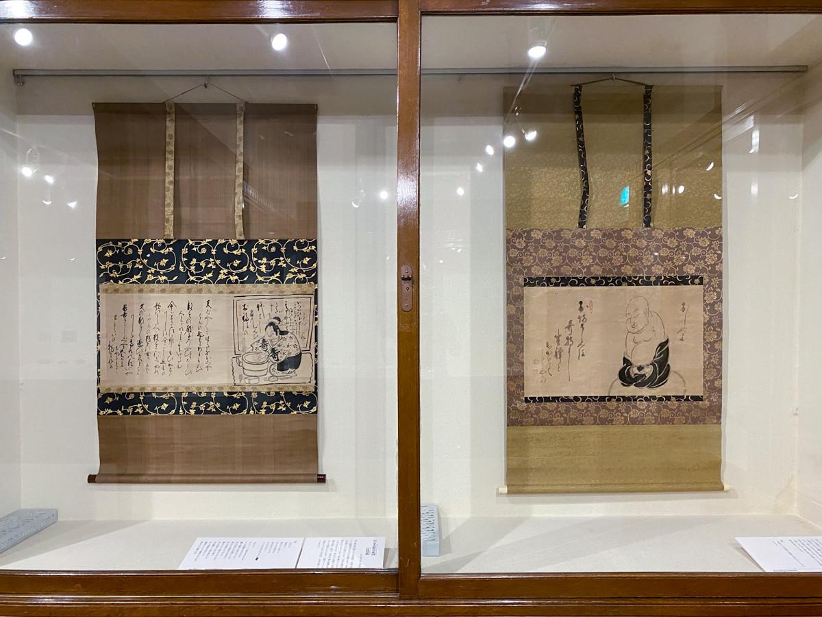 (左から)白隠慧鶴《お多福粉引歌図》 / 白隠慧鶴《布袋座禅図》