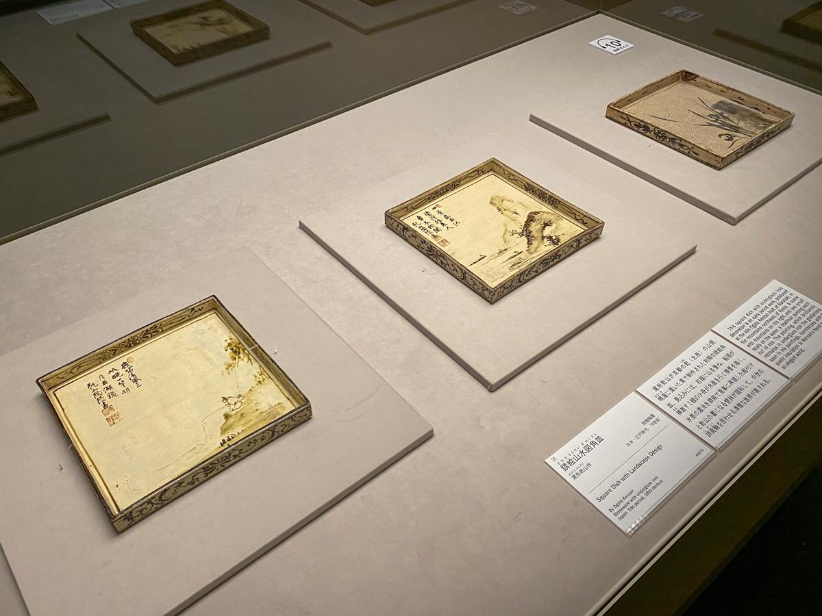 (左手前から)尾形乾山作《銹絵独釣図角皿》江戸時代 18世紀 / 尾形乾山作《銹絵山水図角皿》江戸時代 18世紀 / 尾形乾山作《銹絵蘭図角皿》江戸時代 18世紀
