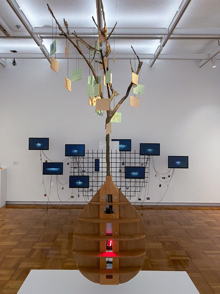 《ブロンズで型取りされた被爆柿の木2世》1998年