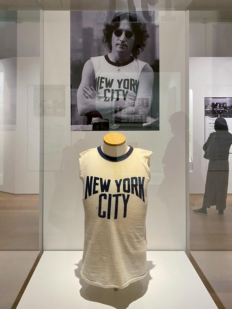 """ボブ・グルーエンのポートレートで着用した""""NEW YORK CITY""""Tシャツ"""