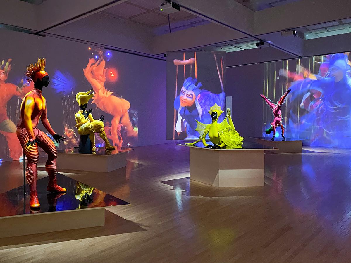コンテンポラリー・サーカス『ヴァレカイ』(シルク・ドゥ・ソレイユ、2002年)の展示風景より