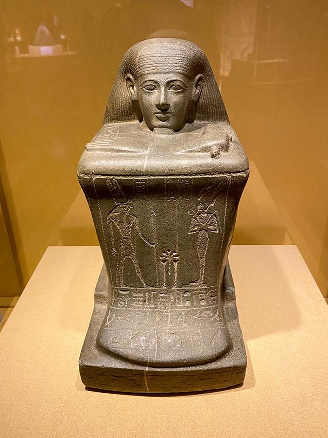 《カルナク神殿のアメン神官ホルの方形彫像》第3中間期・第22王朝、オソルコン2世治世 前875~前837年頃 または オソルコン3世治世 前790~前762年頃