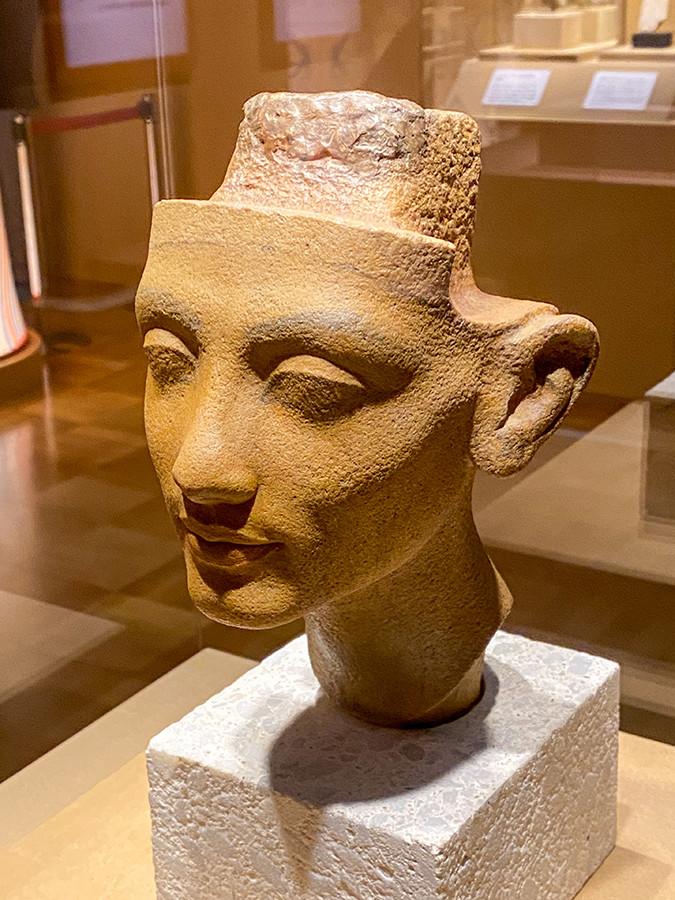《ネフェルトイティ(ネフェルティティ)王妃あるいは王女メリトアテンの頭部》新王国時代・第18王朝・アマルナ時代、アメンヘテプ4世/アクエンアテン王治世 前1351~前1334年頃