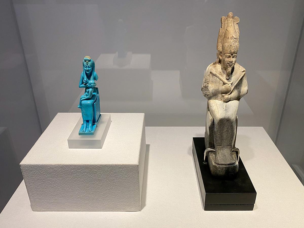 (左から)《ホルス神に授乳するイシス神の小像》末期王朝時代・第26王朝 前664~前525年頃 / 《背面にジェド柱を持つオシリス神の小像》末期王朝時代 前664~前525年頃