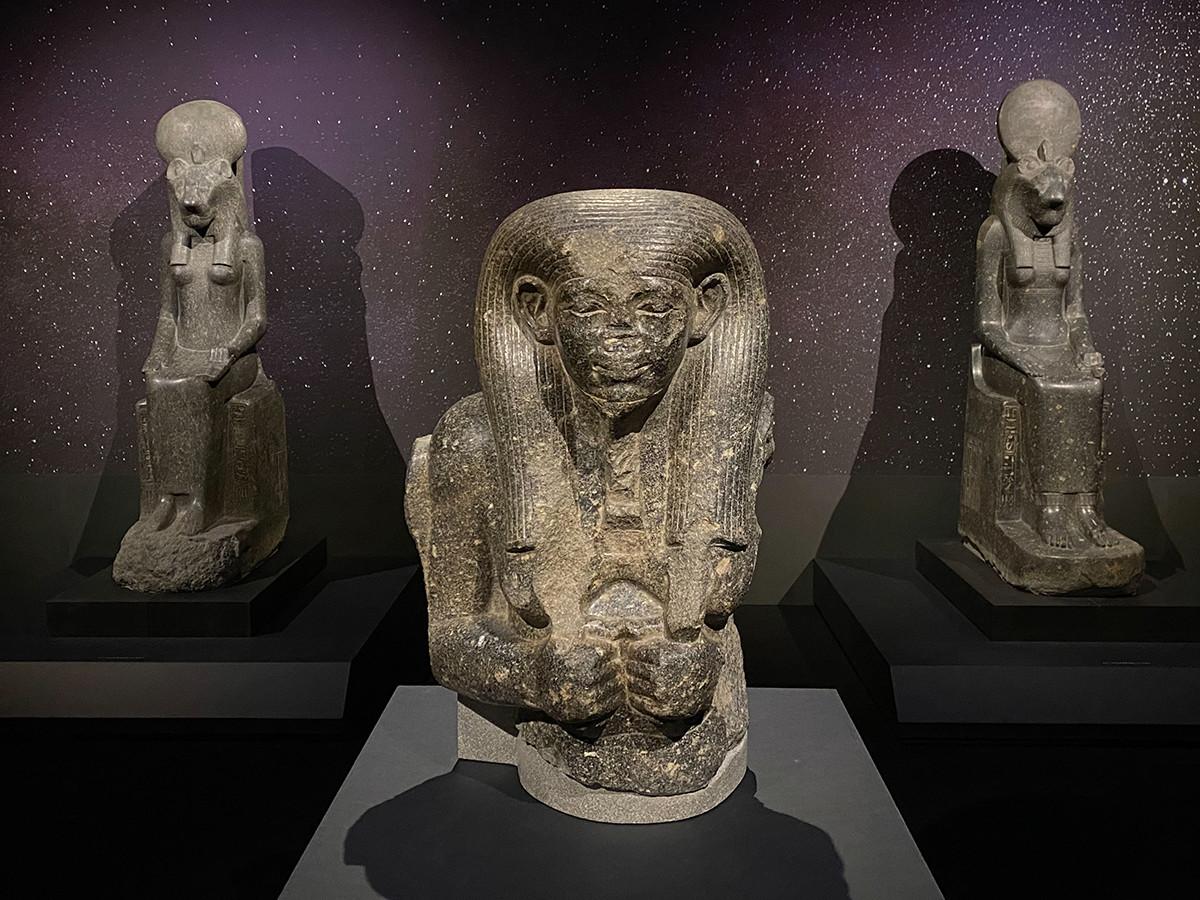 (手前)《ナイルの神の像》中王国時代・第12王朝 前1976~前1794年頃 / (後ろ2体)《セクメト女神座像》新王国時代・第18王朝、アメンヘテプ3世治世 前1388~前1351年頃