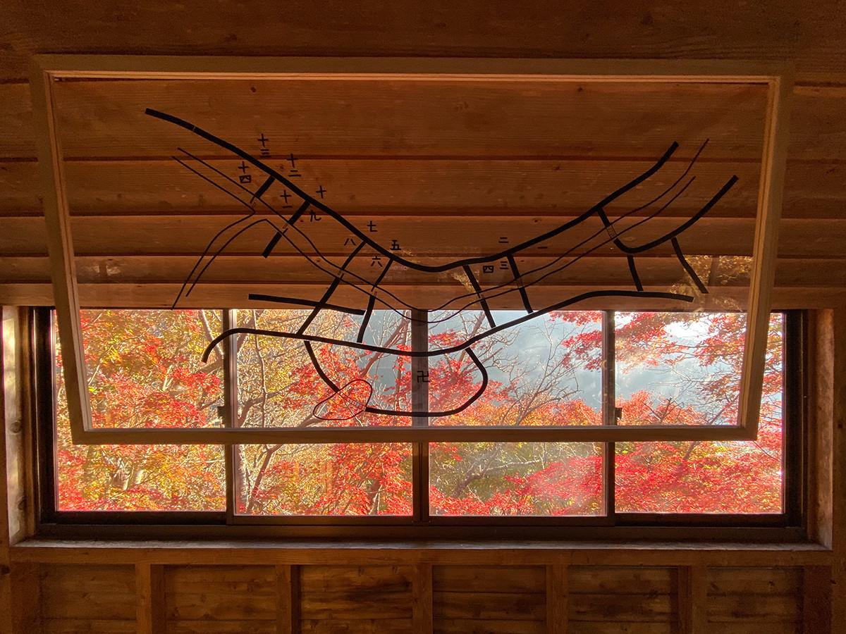 菊池宏子+林敬庸《ダラニスケ研究室》 展示している「陀羅尼助丸」が売っている場所。窓の向こうの紅葉が見事です。