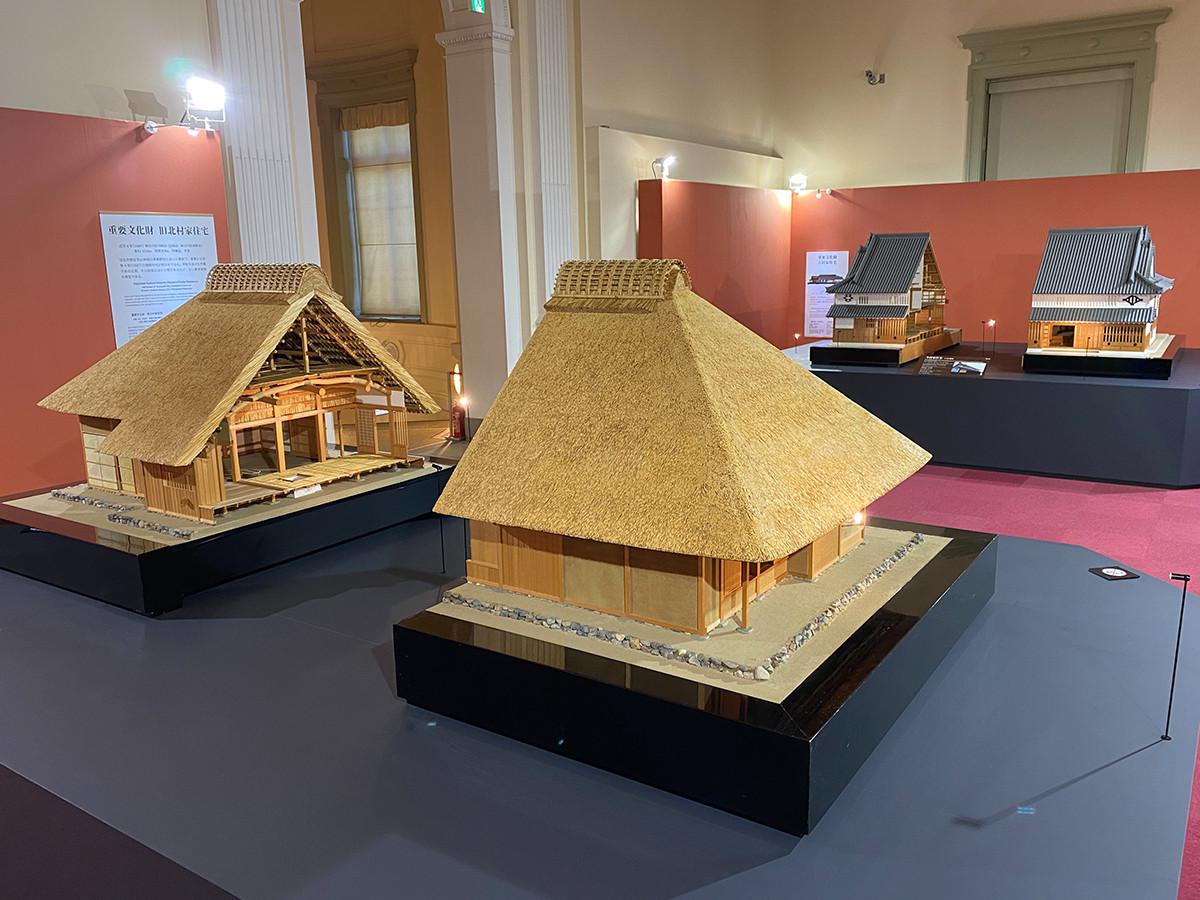 (手前)《旧北村家住宅 1/10模型》 / (奥)《今西家住宅 1/10模型》