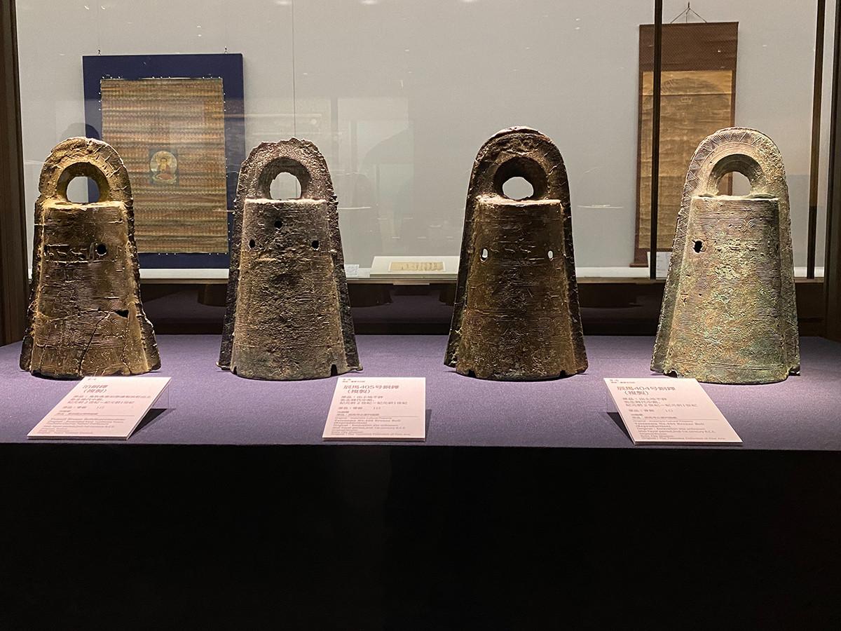 《同じ鋳型でつくられた銅鐸(兄弟銅鐸)》(複製)原品:弥生時代中期、紀元前2世紀~紀元前1世紀