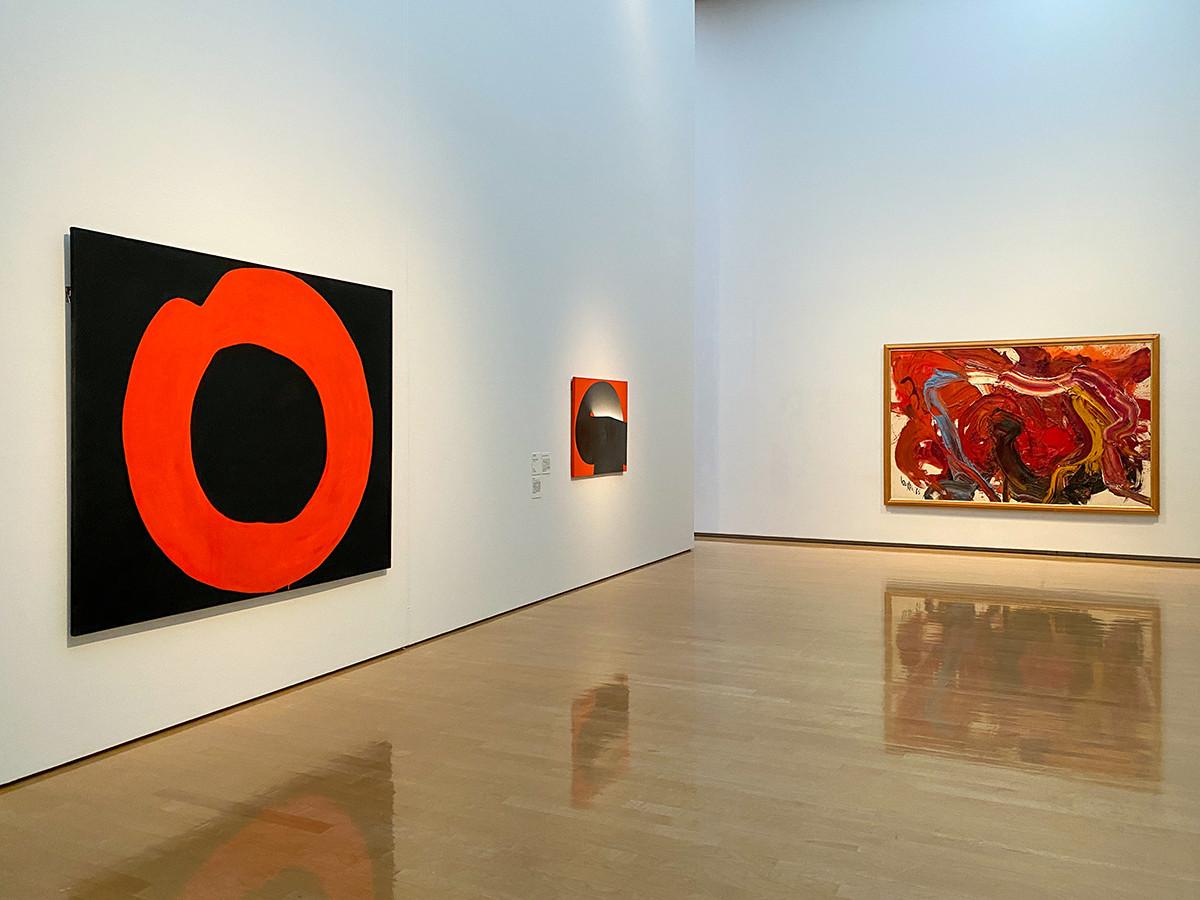 (左から)吉原治良《黒地に赤い円》1965年 / 元永定正《作品(赤・黒)》1970年 / 白髪一雄《天寿星混江竜(水滸伝豪傑の内)》1965年