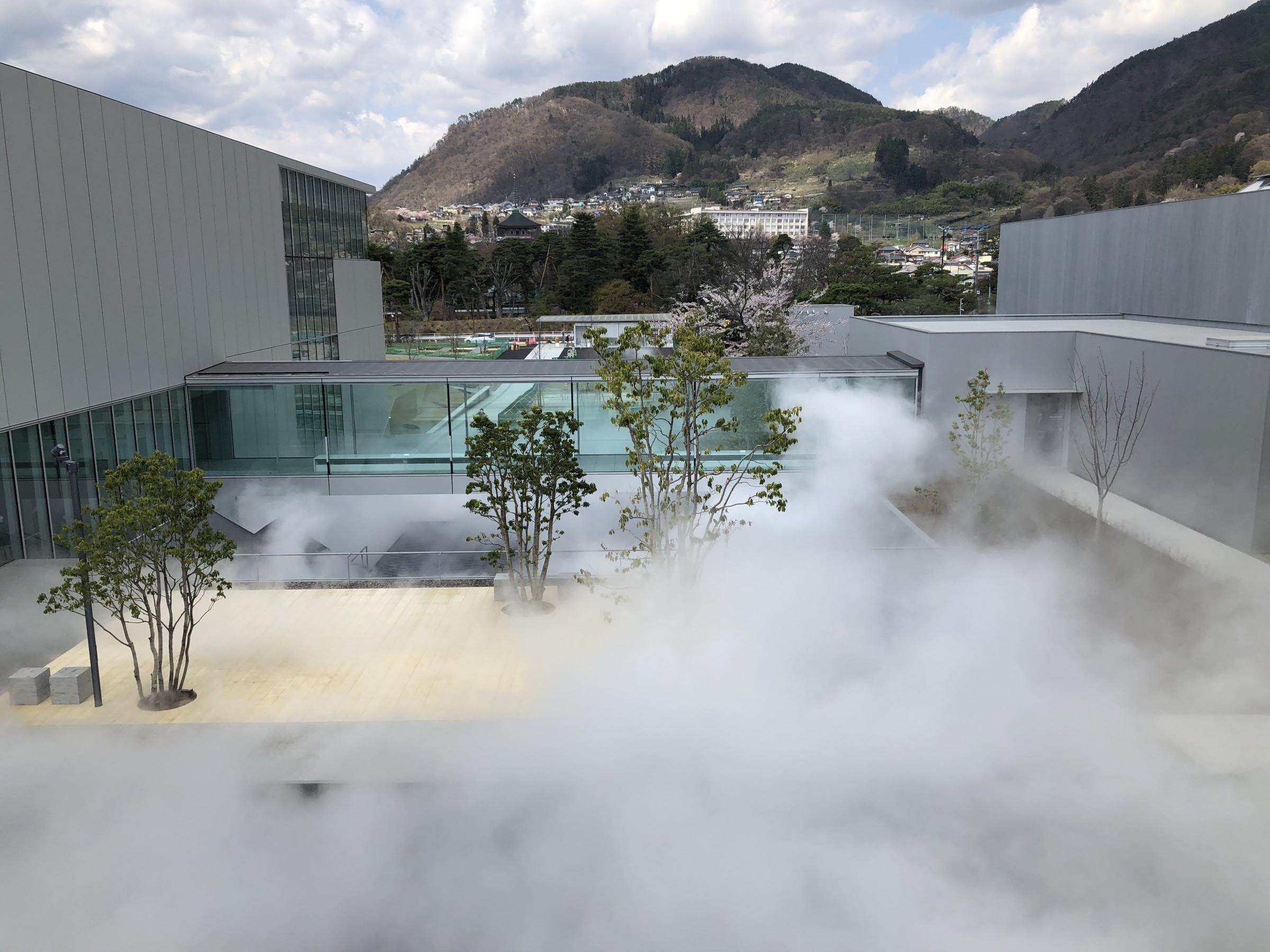 長野県立美術館 水辺テラス 中谷芙ニ子「霧の彫刻」