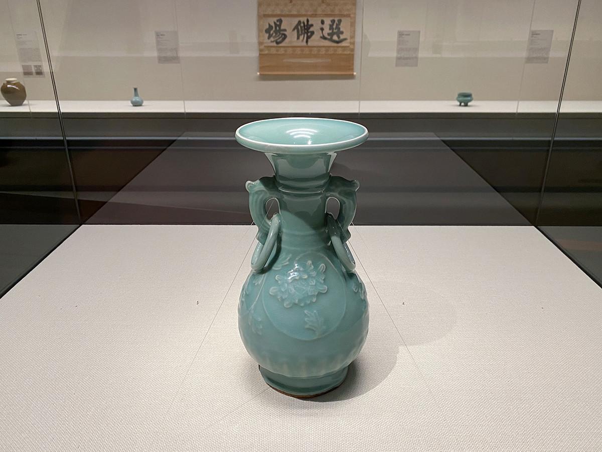 《青磁浮牡丹不遊環耳付花生》龍泉窯 中国 南宋時代~元時代