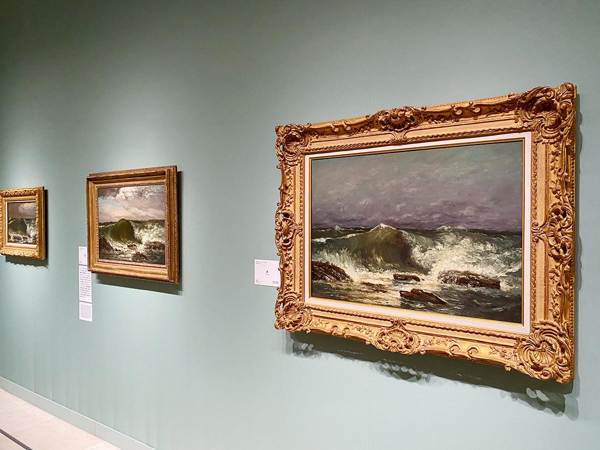 第5章「クールベの海―『奇妙なもの』として」 (左から)ギュスターヴ・クールベ《波》1870年頃 姫路市立美術館(國富奎三コレクション) / ギュスターヴ・クールベ《波》1869年 愛媛県美術館 / ギュスターヴ・クールベ《波》1869年 島根県立美術館