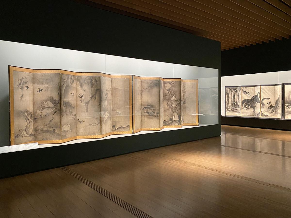 第1章「水墨画」 (左手前)雪村周継《花鳥図屛風》六曲一双 室町時代 16世紀