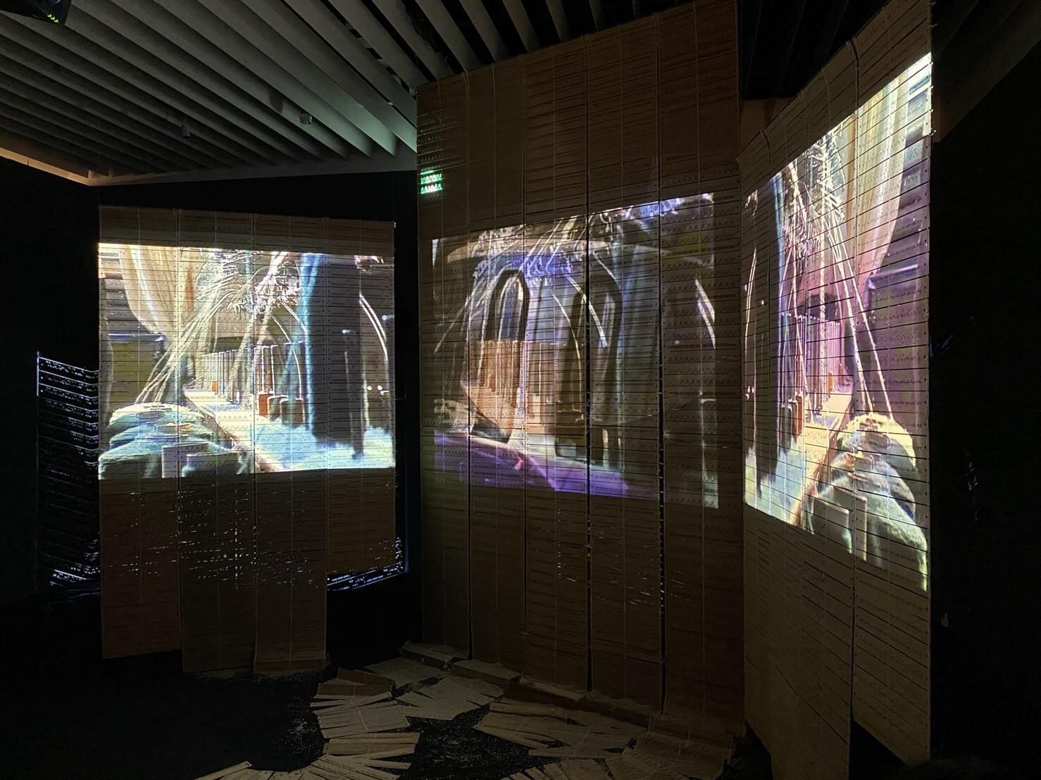 森美術館「アナザーエナジー展」会場風景よりセンガ・ネングディの作品