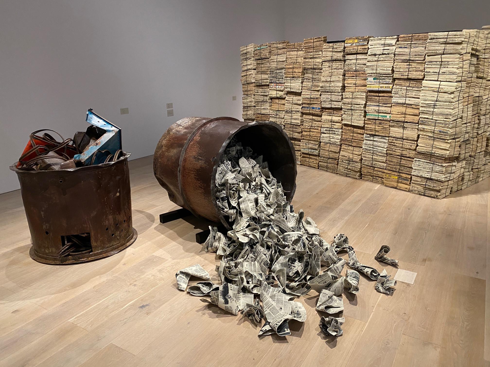 森美術館「アナザーエナジー展」 会場風景より三島喜美代の作品