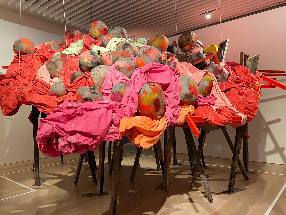 森美術館「アナザーエナジー展」 展示風景よりフィリダ・バーロウの作品
