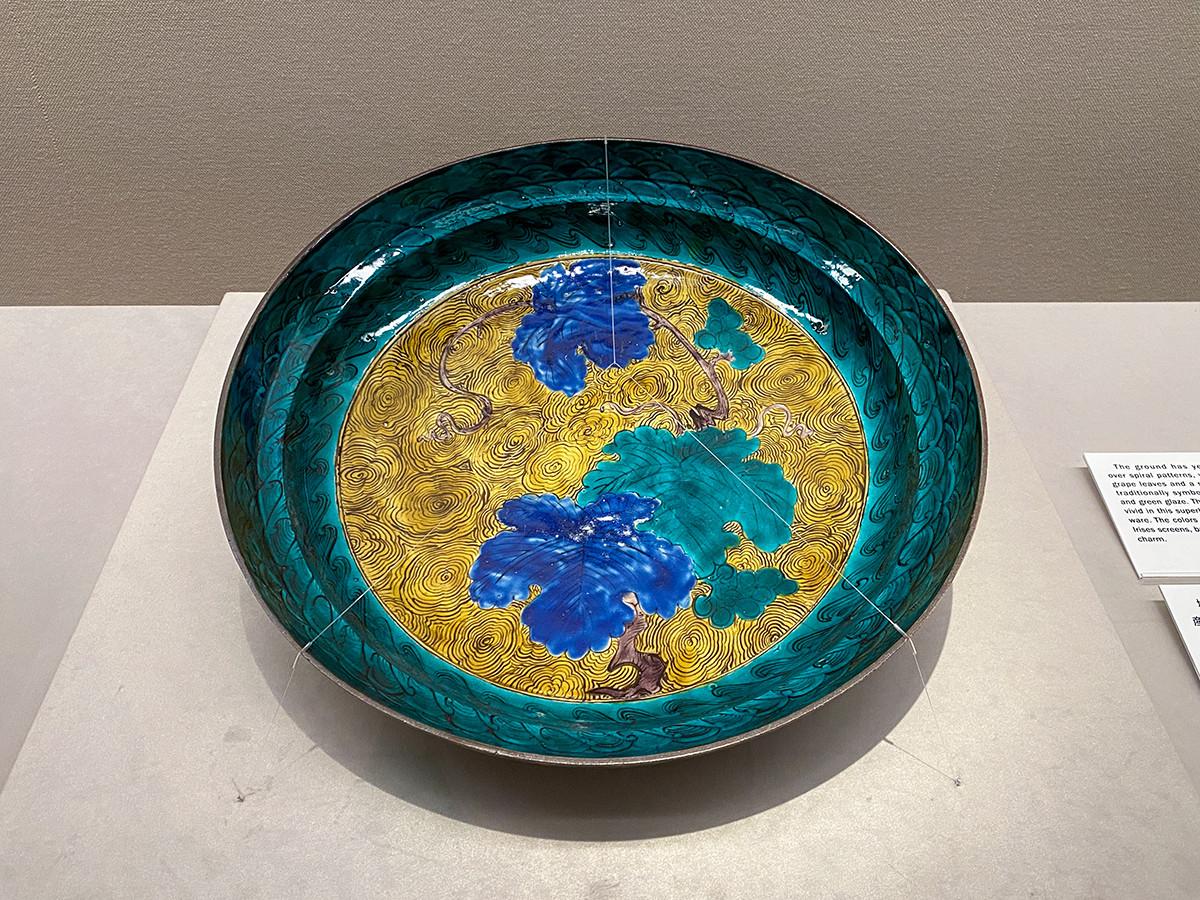 《色絵葡萄文大平鉢》肥前 江戸時代 17世紀 根津美術館蔵