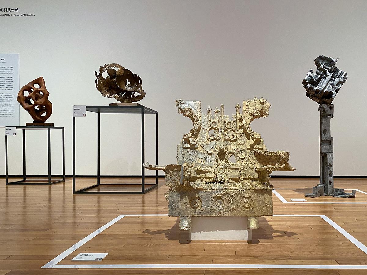 (手前)向井良吉《勝利者の椅子》1964年