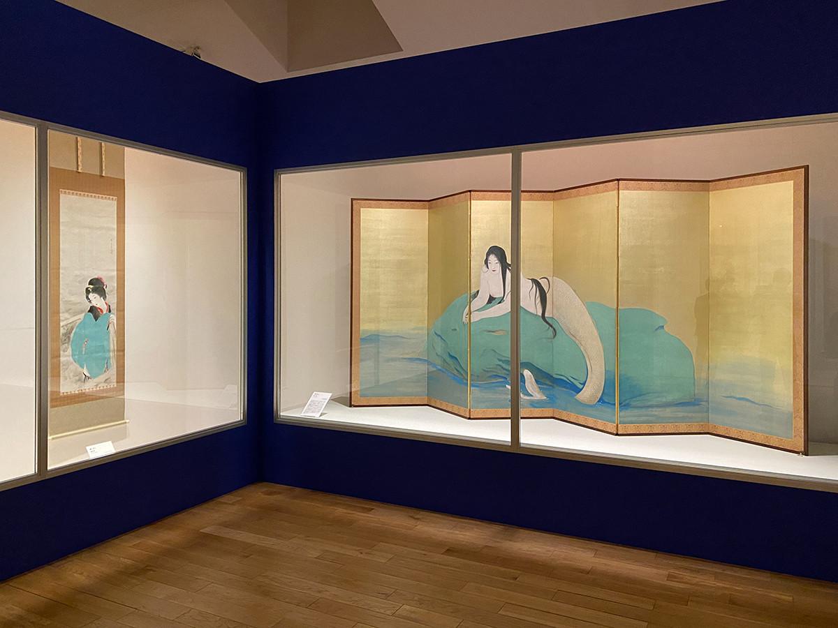 (左から)鏑木清方《銀世界》1924年 / 鏑木清方《妖魚》1920年 ©Akio Nemoto 2021/JAA2100015