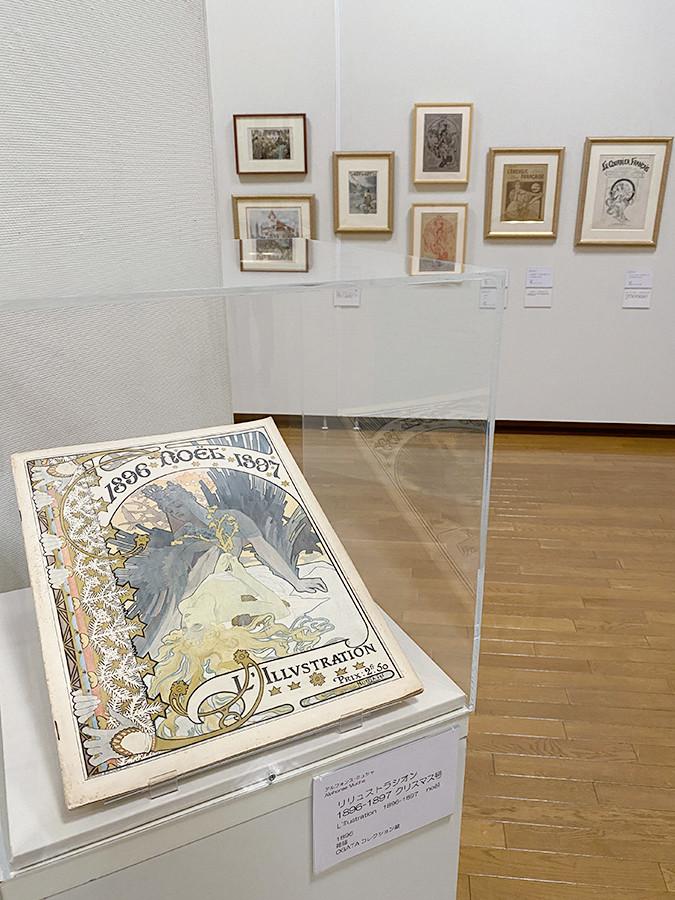 (手前)アルフォンス・ミュシャ《リリュストラシオン 1896-1897 クリスマス号》1896 OGATAコレクション蔵