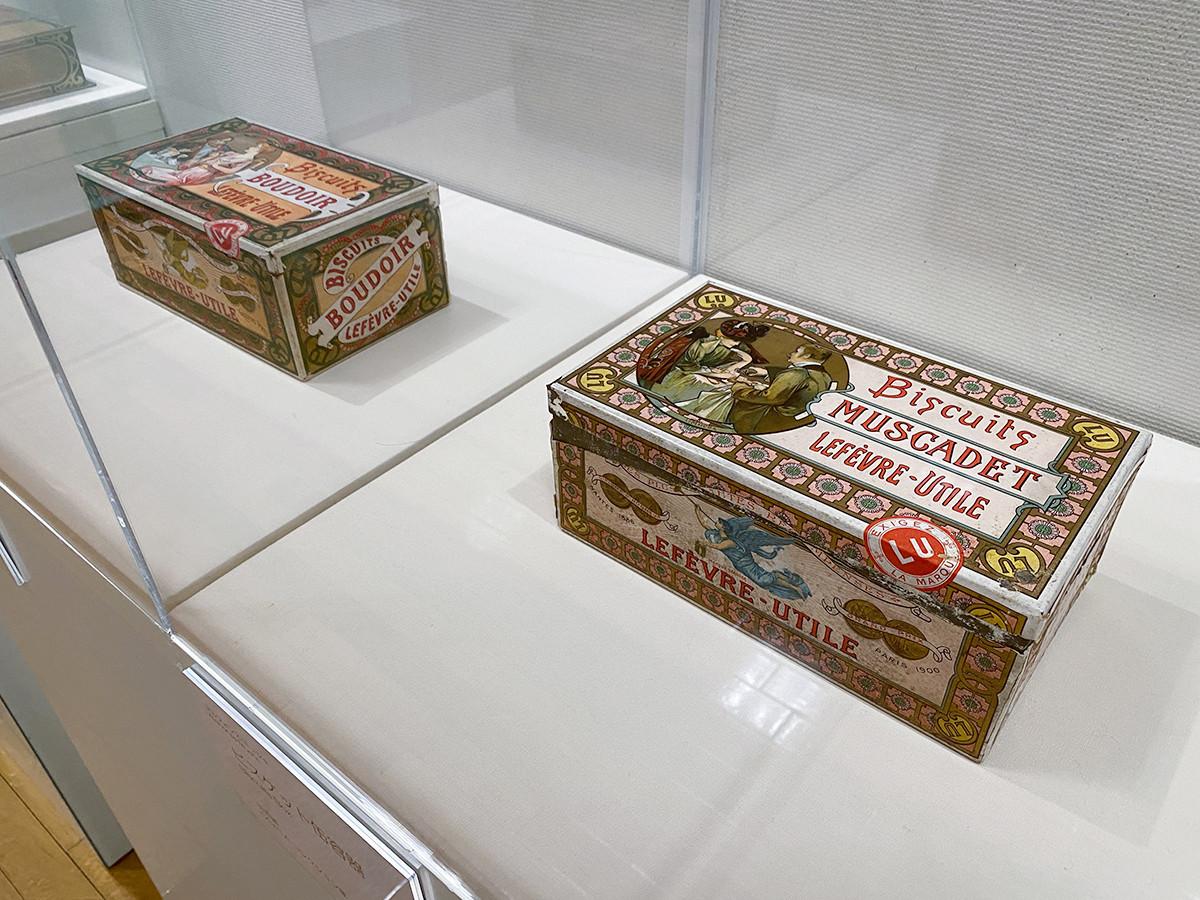 (2点とも)アルフォンス・ミュシャ《ビスケット缶容器》 ともに OGATAコレクション蔵