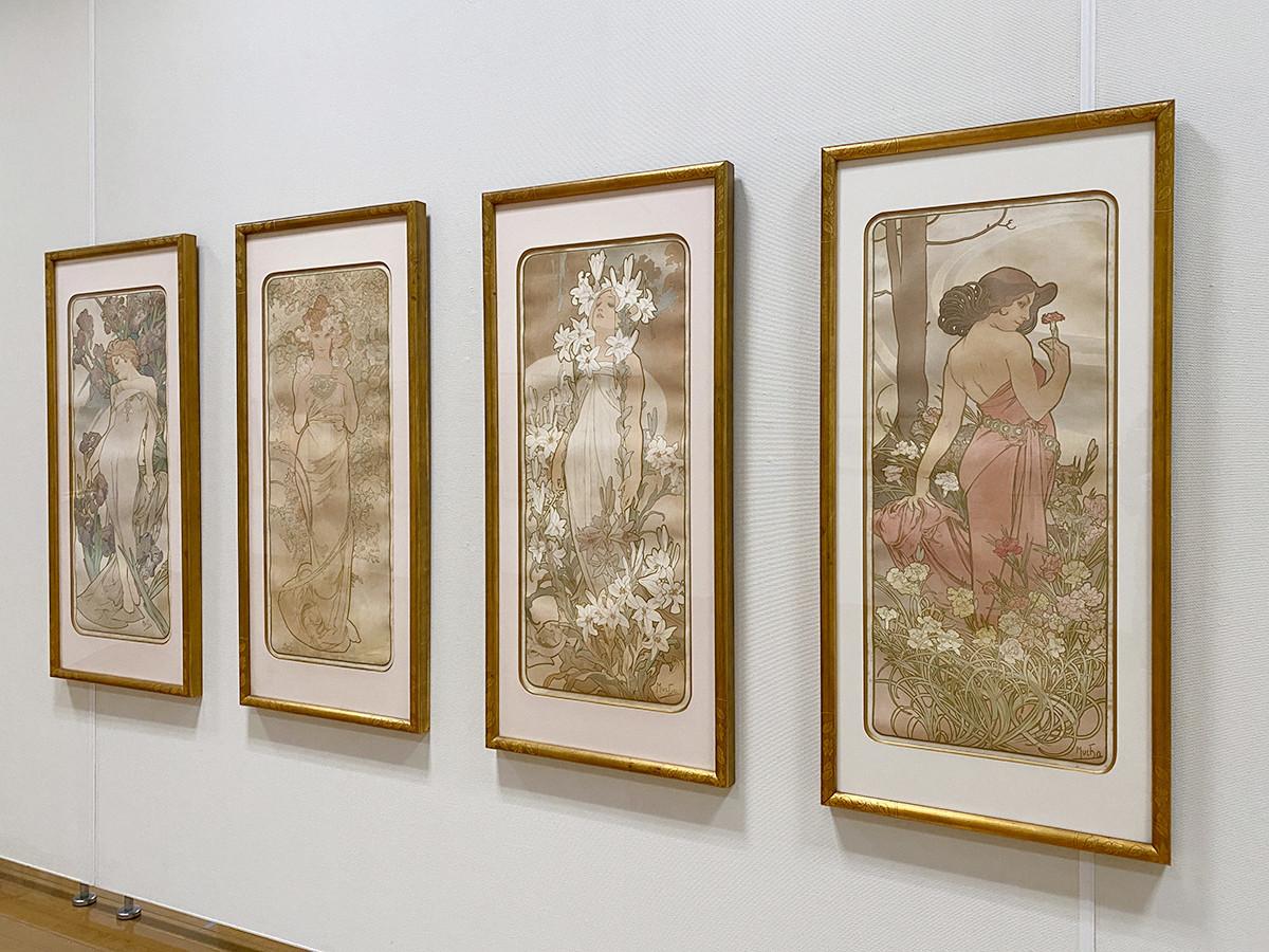 (左から)アルフォンス・ミュシャ《アイリス》1897 / アルフォンス・ミュシャ《バラ》1897 / アルフォンス・ミュシャ《百合》1897 / アルフォンス・ミュシャ《カーネーション》1897 すべて OZAWAコレクション蔵