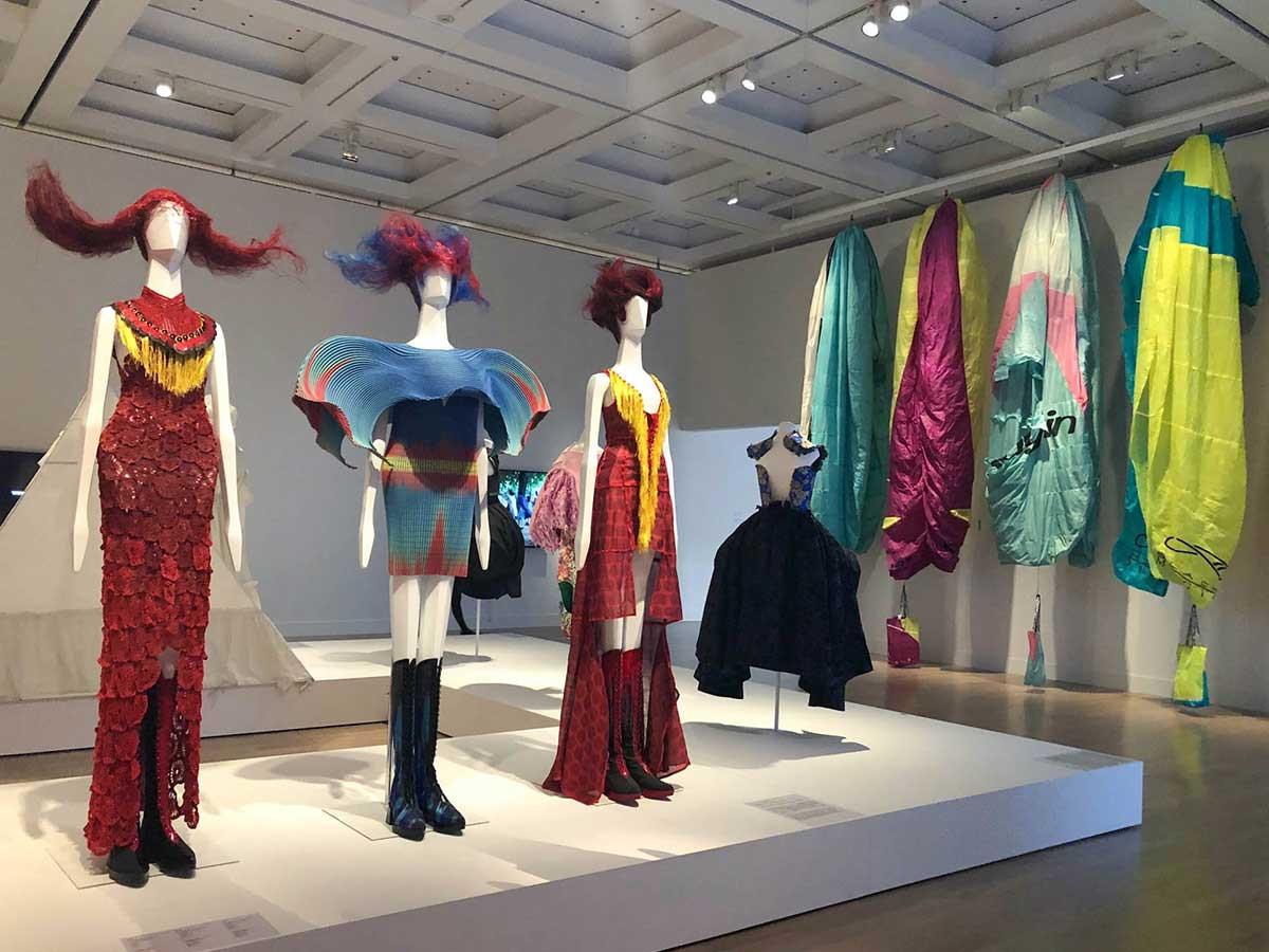 国立新美術館「ファッション イン ジャパン 1945-2020 ― 流行と社会」会場 8章 未来へ向けられたファッション