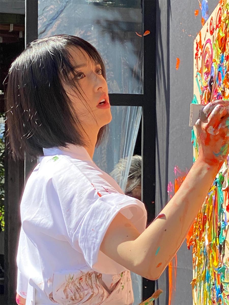 特大絵馬にライブペインティングする、現代美術家の小松美羽