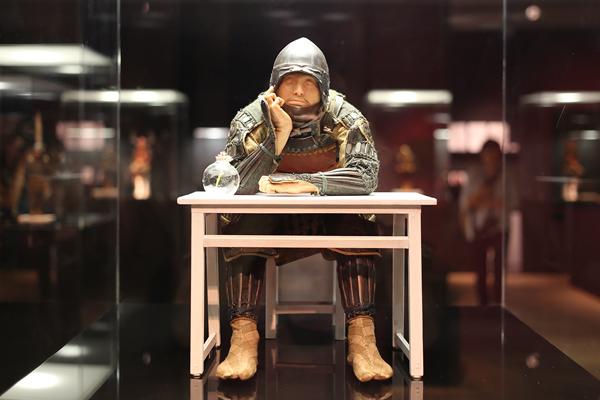 ペーソスの効いた鎧兜武者像 ── 野口哲哉さん4年ぶりの大規模展、銀座で明日開幕