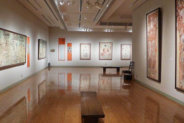 「ほとけをえがく、そしてうつす」展で、石から絵具をつくるワークショップ ── 小金井市立はけの森美術館で