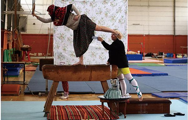 ニルバー・ギュレシ《Pommel Horse from the Series Unknown Sports》(部分) 2009 © Nilbar Güreş, Courtesy of Galerist