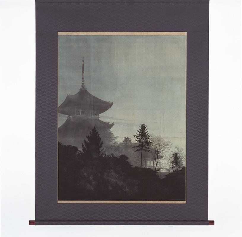 企画展より、天鵞絨友禅《月に塔図》12代西村總左衛門(113×87㎝)