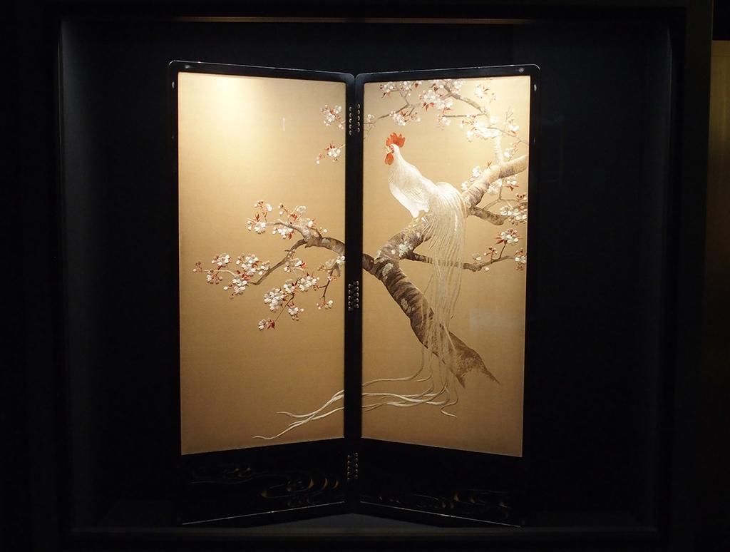 企画展より、刺繍絵画《桜に尾長鶏図》無銘(182×151㎝)