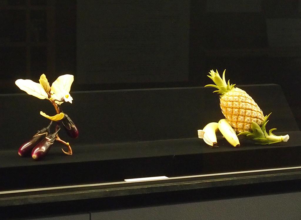 常設展 彫刻より、牙彫《三茄子》《南国珍菓》ともに安藤緑山