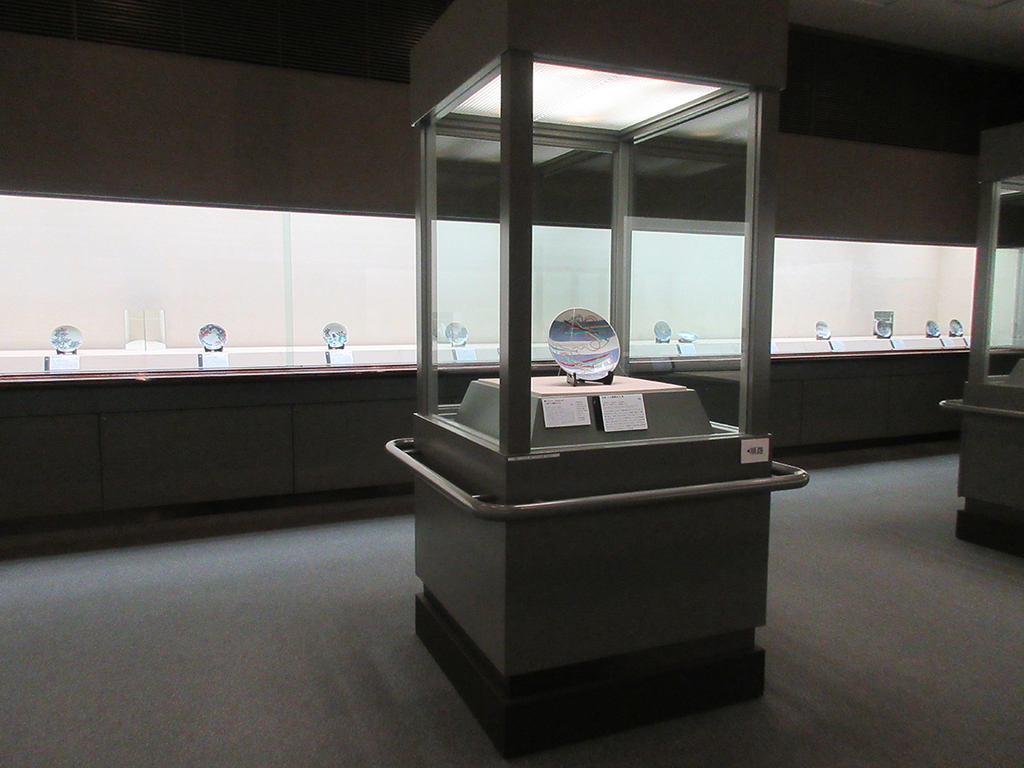 第1展示室では鍋島焼をご紹介。端正で潔い、整った美しさが魅力。