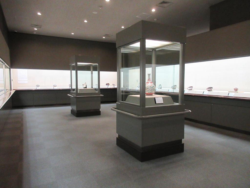 第2、3展示室では約400年の歴史を誇る伊万里焼の代表作が一堂に会する。