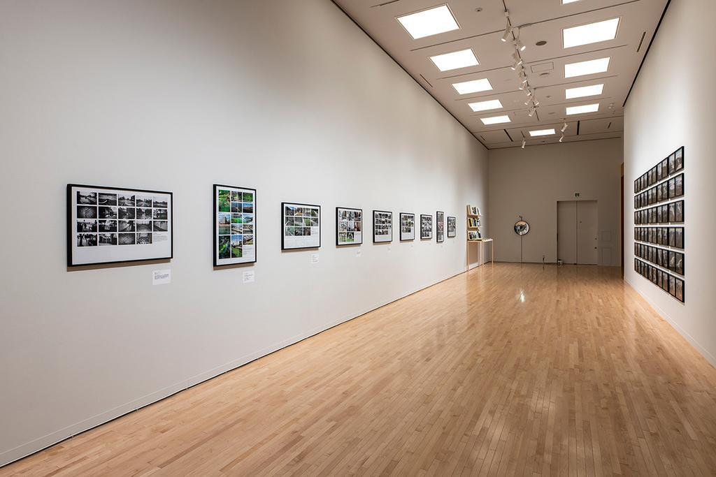 オラファー・エリアソン 左《9つのパブリック・プロジェクトの記録写真》、奥《昼と夜の溶岩》2018年、右《溶ける氷河のシリーズ 1999/2019》2019年 Courtesy of the artist; neugerriemschneider, Berlin; Tanya Bonakdar Gallery, New York / Los Angeles © 2019 Olafur Eliasson
