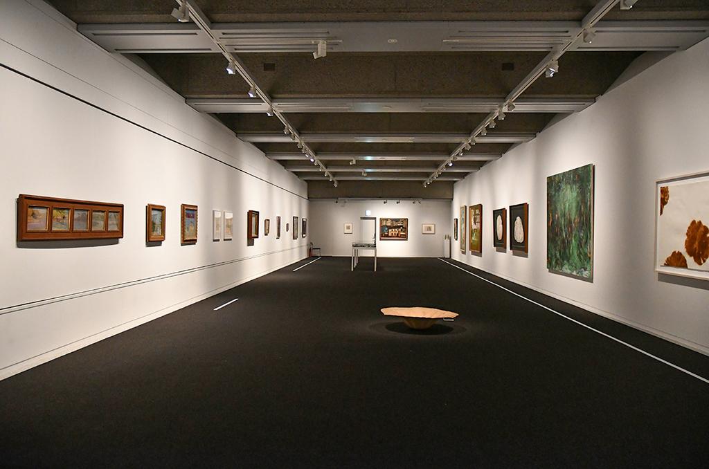 「日々を象(かたど)る」展会場風景1 画面左側壁から時計回りにセクション1,2,3