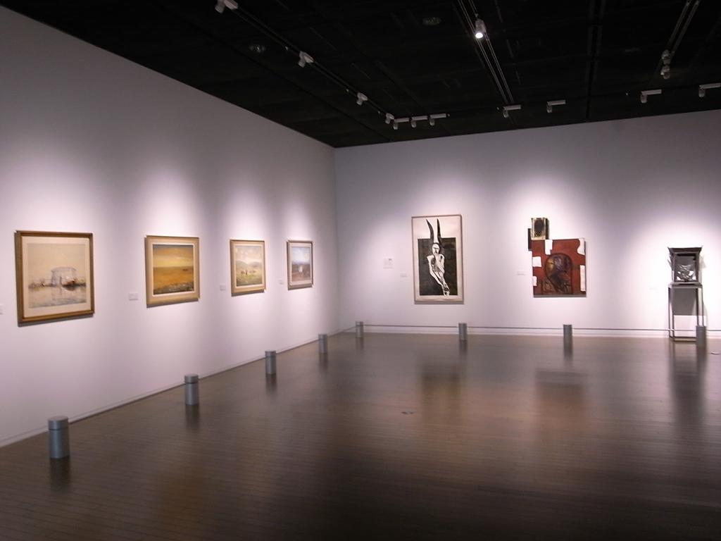左から、アルゼンチンのディアス・ラゴの風景画とイタリアのミンモ・パラディーノの作品群。