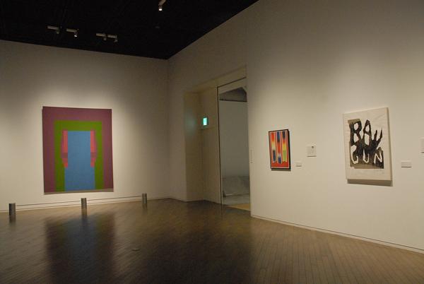 左から、イギリスのロビン・デニーの油彩画《WHEN》と、アメリカのジェームズ・ローゼンクイスト《切れっぱし》、クレス・オルデンバーグ《光線銃》。